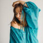 Голубая шелковая рубашка