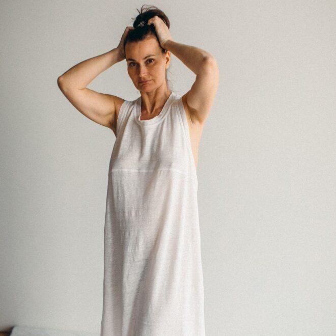 белое конопляное платье