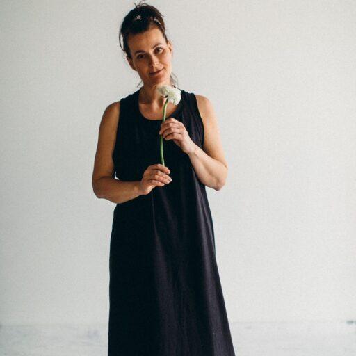 черное платье девушка с цветком
