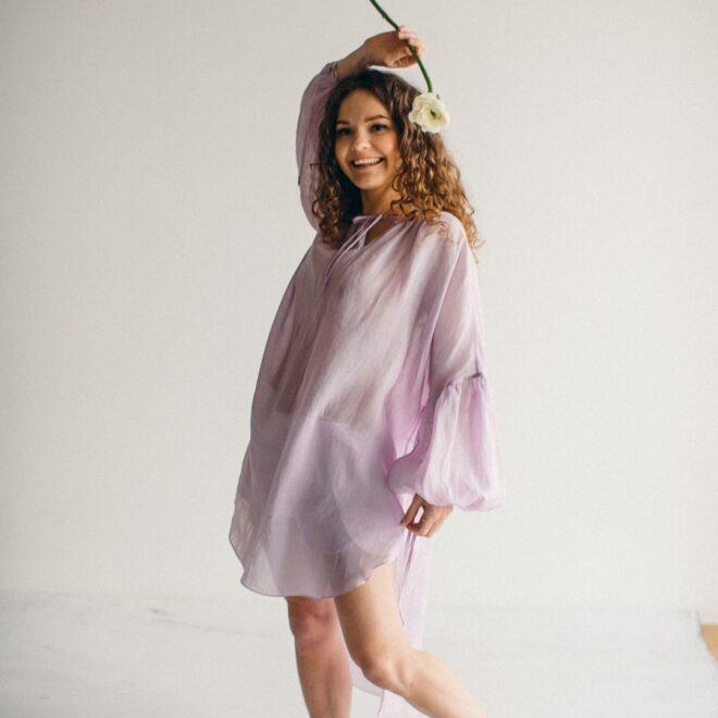 Батистовая рубашка из крапивы Лаванда счастливая девушка фото