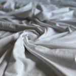 белая трикотажная ткань