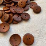пуговицы из дерева коричневого цвета