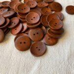 деревянные пуговицы коричневого цвета