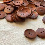 коричневые пуговицы из дерева