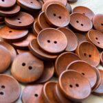 коричневые деревянные пуговицы