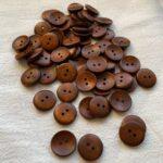 лакированные пуговицы коричневого цвета