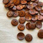 лакированные пуговицы из дерева