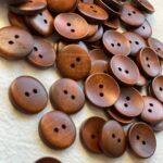 лакированные коричневые пуговицы